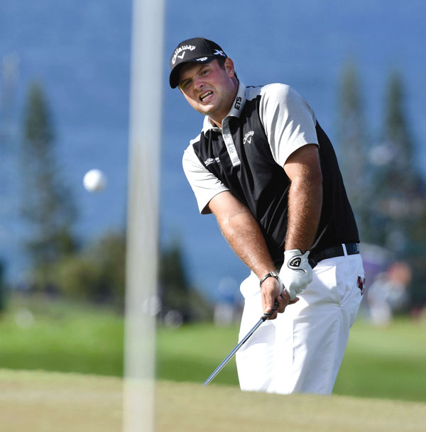 Patrick Reed chips to the 14th green. The Maui News / MATTHEW THAYER photo