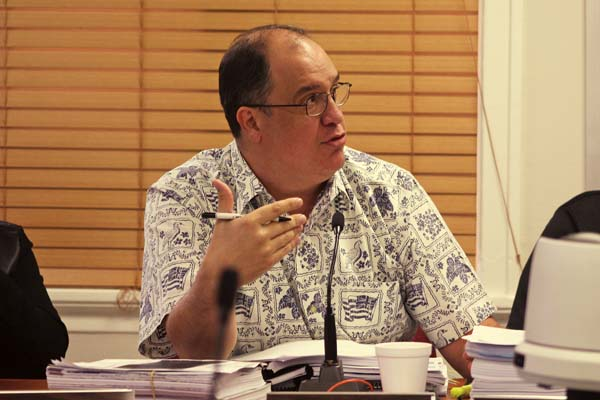 Commissioner Keaka Robinson explains concerns over the resort becoming an exclusive club that will close off more land to the general public. The Maui News / COLLEEN UECHI photo