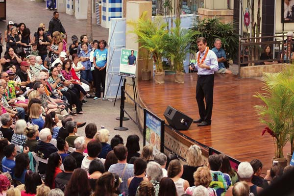 "Celebrity surgeon and TV show host Dr. Mehmet Oz addresses a crowd of more than 500, including many fans who were thrilled to meet the doctor. Oz was a guest on ""The Oprah Winfrey Show"" for many years before launching his own TV show. The Maui News / COLLEEN UECHI photo"