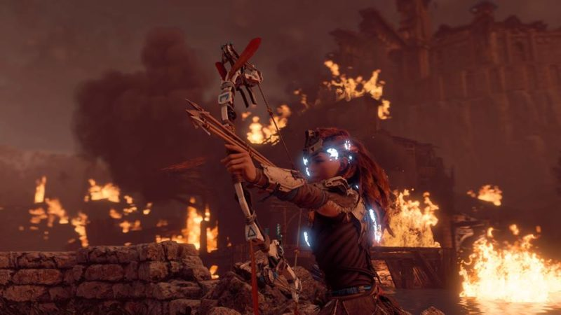 Aloy taking aim at an enemy during an eng-game scene.