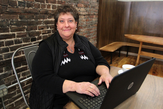 KAREN VIBERT-KENNEDY/Sun-Gazette Chris Hayward, owner of Writers Qi, works on her laptop.